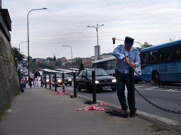 Výměna hrazení mezi vozovkou a chodníkem se v Třebíči zpozdila.