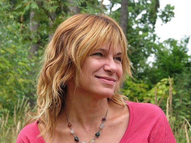 Terapeutka Eliška Holubová radí všem ženám na svých seminářích na táboře u Číkova.