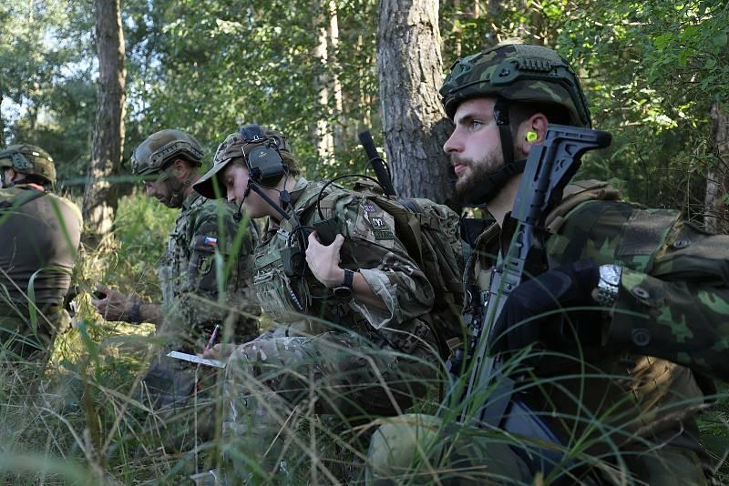 Letečtí návodčí při společném cvičení s vojáky z Bechyně.