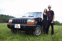 Petr Kopáček s přítelkyní Markétou a jeho nepřehlédnutelný Jeep Grand Cherokee Limited.