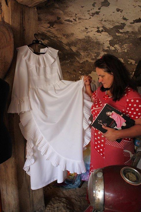 Hana Procházková otevře v Čechtíně 1. května muzeum svatebních šatů. Tyto šaty si jejich majitelka nechala v 70. letech ušít podle střihu z Burdy.