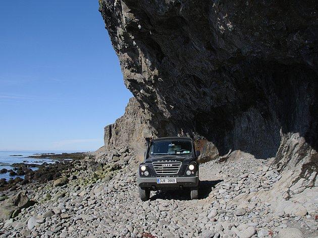 """6. Čím je pro fotografa Island výživný? Odpovím krátce: vším! Je to země sneuvěřitelně rozmanitou krajinou. Jsou zde obrovské ledovce, rozlehlá lávová pole – někde černá a šedá, jinde porostlá mechem, písečné """"sahary"""" – ovšem sčerným pískem, úžasné vodo"""