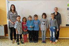 Na fotografii jsou prvňáčci ze ZŠ Heraltice s paní učitelkou Barborou Ježkovou (vlevo) a asistentkou Jitkou Neumannovou