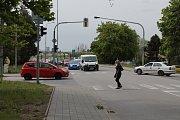 Uzavírka v Třebíči a její dopady. Dopolední první kolony v pondělí 13. května, pohled ze Znojemské směrem k marketům.
