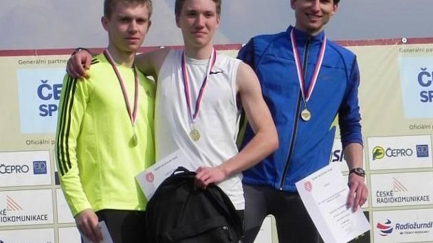 O pořadí v mužském závodě mílařů rozhodla až cílová fotografie. Z nejtěsnějšího možného vítězství se radoval novoměstský Petr Vitner (uprostřed) před svým týmovým parťákem Lukášem Kourkem (vlevo).