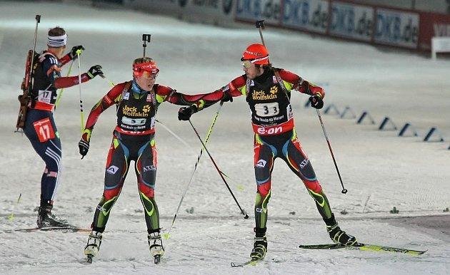 První závod MS v biatlonu v Novém Městě na Moravě. Předávka štafety mezi čekými závodníky Soukalovou a Soukupem.