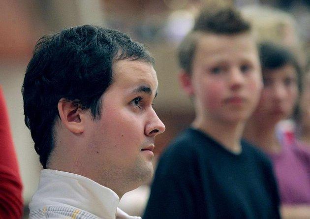 I pomocí vystoupení, nazvaného Ruce pro Petra, chtěli žáci Základní školy Švermova ve Žďáře nad Sázavou získat peníze na léčbu ochrnutého Petra Krábka bývalého žáka školy.