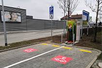 """Majitelé elektromobilů mohou """"natankovat"""" i u velkomeziříčského Kauflandu."""