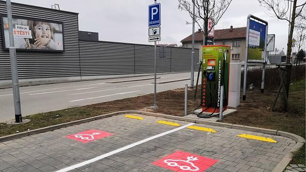 Meziříčský Kaufland zákazníkům nabízí rychlonabíjecí stanici pro elektromobily