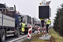 Instalace značek zakazujících kamionům předjíždět.