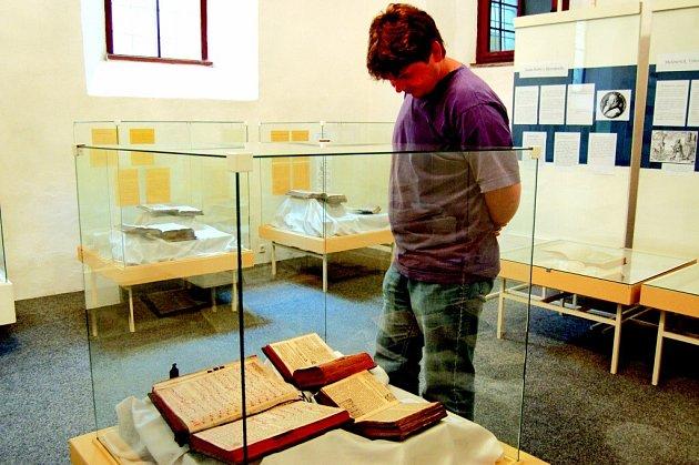Výstava v Galerii Synagoga představuje tisky z knihovny velkomeziříčského muzea.