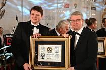 Generální ředitel firmy Žďas Pavel Cesnek převzal z rukou ministra průmyslu a obchodu Karla Havlíčka ocenění v soutěži Českých 100 Nejlepších za rok 2019 v oborové kategoriinazvané Invence – Nasazení – Export – Zisk.