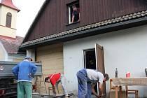 Studničtí hasiči mají plné ruce práce. Do hasičské zbrojnice přistavují garáž.