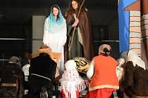 Tradiční divadelní hru o narození Ježíše Krista, kterému se přišli poklonit i Tři králové, předvedli ochotníci z řad žďárských studentů a farníků. Akci sledovalo několik stovek lidí.