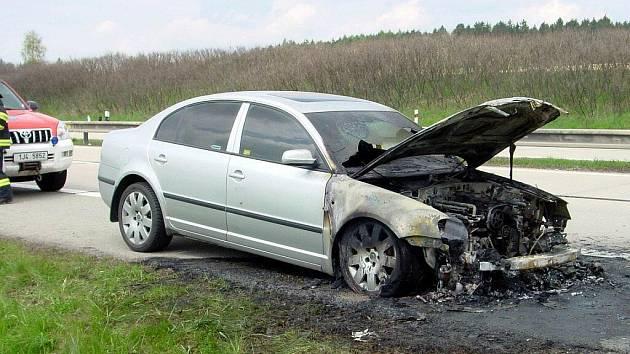 Technická závada v motorovém prostoru Škody Super stojí za úterním požárem na dálnici D1 mezi Velkým Meziříčím a Velkou Bíteší.