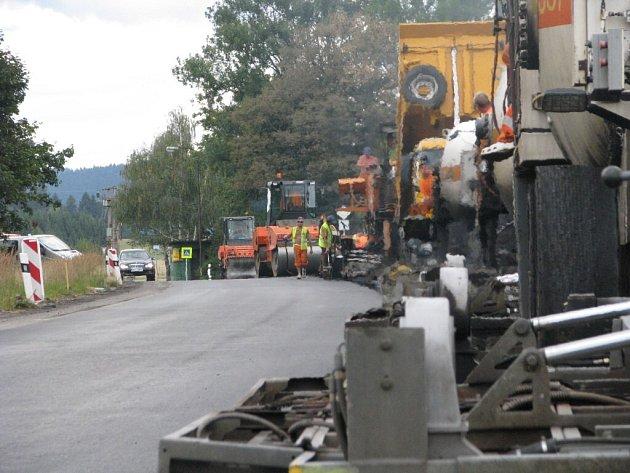 Ještě nejméně do konce října budou muset řidiči počítat s omezením provozu na silnici ze Žďáru směrem na Vojnův Městec.