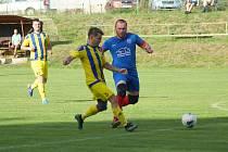 Hráči měřínské Jiskry (ve žlutém) si v neděli připsali další tři body za domácí vítězství nad Dobronínem.