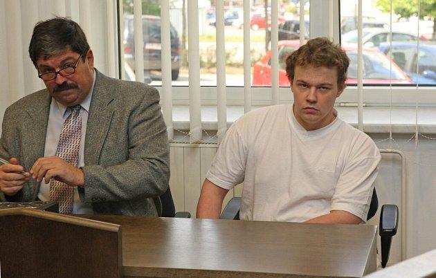 Tři a půl roku vězení. Takový trest vyměřil včera okresní soud ve Žďáře dvacetiletému Petru Řezaninovi. (vpravo)
