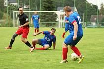 Hráči Radešínské Svratky (v modrých dresech) o víkendu znovu padli. Na hřišti Budišova nedokázali udržet slibné poločasové vedení.