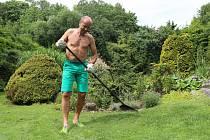 """Horolezec Radek Jaroš """"trénuje"""" na zahradě."""