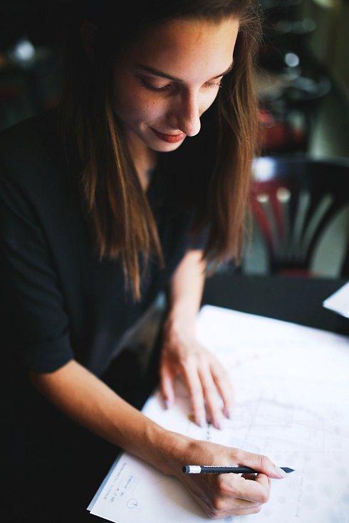 Michaela Horáková začala budovat své sny, oprostila se od stereotypní společnosti a založila vlastní architektonické studio. K tomu přišla tento rok s vlastní módní značkou Mishe.