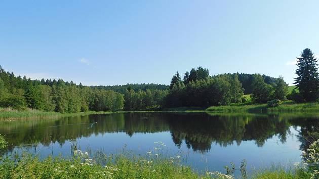 V těsné blízkosti Žďáru turisty lákají rybníky i zemská hranice