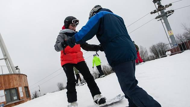 Lyžařský výcvik Velkomeziříčských gymnazistů na Fajtově kopci ve Velkém Meziříčí.