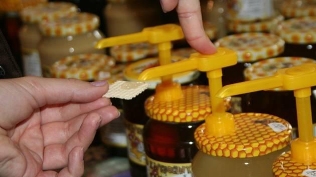 Včelaři na Novoměstsku prodávají med nejen doma, ale i při nejrůznějších prodejních akcích, jejichž součástí jsou také ochutnávky. Ty si jen málokdo nechá ujít.