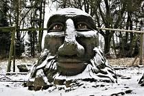 Mamlas. Betonová socha Michala Olšiaka u žďárského Starého dvora.