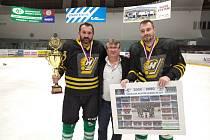 Hráči Bohdalce převzali po vítězství nad Vatínem pohár z rukou pořadatele Vesnické ligy Karla Daniela (uprostřed).