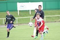 Bystřice (v červeném) na svém hřišti porazila sousední Vrchovinu a prodloužila tak svou vítěznou sérii na čtyři zápasy v řadě.