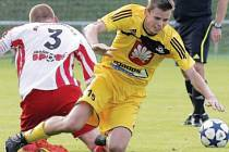 Když dal Zdeněk Mucha (ve žlutém) na podzim gól, vyhrálo jeho Velké Meziříčí 1:0. Přesvědčit se o tom mohla Bystřice a v sobotu i Napajedla.