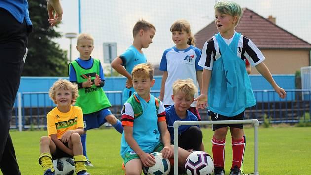 Takto se děti baví na pravidelných náborech Fotbalové školy Třebíč.