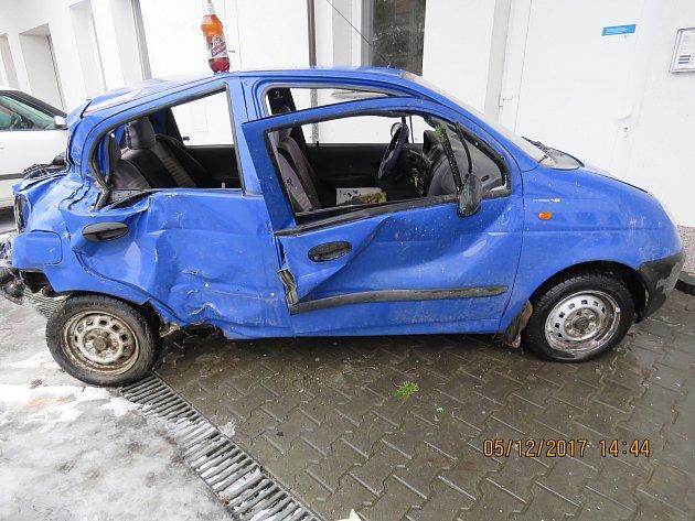Při nehodě poškodil zastávku, reklamní poutač a další osobní auto.