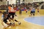 Díky skvělému závěru zdolalo Nové Veselí ( v červených dresech) házenkáře Plzně (v modrém) a slaví postup do finále národního poháru.