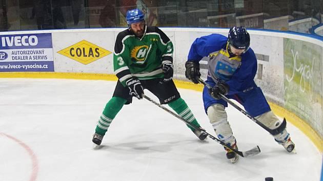 Hokejisté Bohdalce (v zeleném) podlehli vedoucí Přibyslavi 1:3, Vatín (v modrošedém) deklasoval Pavlov.
