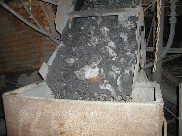 Vytěžená uranová ruda, ze které se chemickou cestou získává uran.