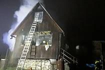 Chata hořela v pátek večer. Na místě zasahovali tři jednotky hasičů.