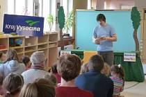 V loňském roce dětem v Písečném četl loutkoherec Jan Hrubec. Kromě četby předvedl také svoje Dřevěné divadlo, které si přítomní mohli prohlédnout zblízka.