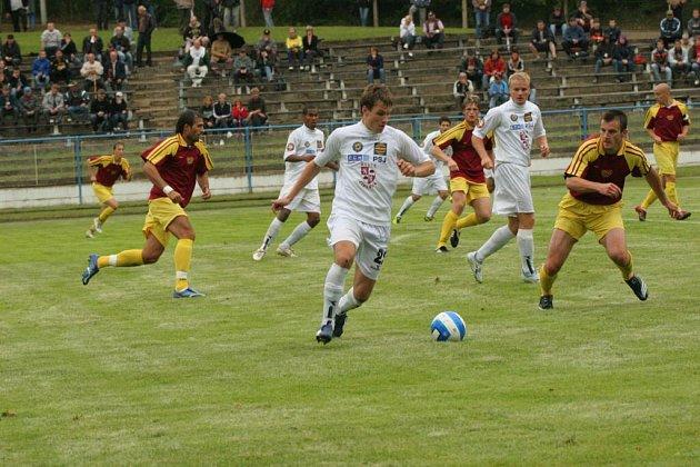 Druholigoví jihlavští fotbalisté (vlevo v bílém dresu útočník Michael Rabušic) se loni představili na Perleťovém poháru, kde obsadili třetí místo.