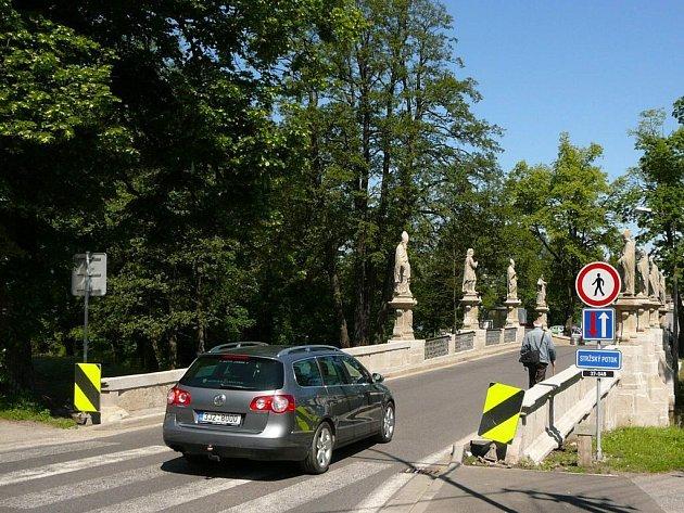 Přestože mohou motorová vozidla jezdit přes most padesátikilometrovou rychlostí, chodci nevyužívají lávky pro pěší a riskují své zdraví a životy přechodem přemostění při kraji silnice. Za porušování zákazu přitom mohou vyinkasovat pokutu až do dvou tisíc