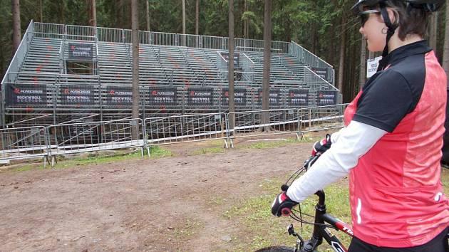 Téměř dva tisíce fanoušků pojmou nové mobilní tribuny v lese Ochoza, ze kterých bude možné sledovat mistrovství světa horských kol.