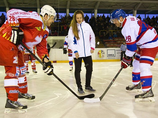Úvodní buly, které symbolicky vyhrál žďárský Michal Kaňka, vhodila stříbrna medailistka ze ZOH mládeže Barbora Machalová. Kaňka měl i poslední slovo, gólem v prodloužení rozhodl.