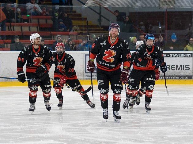 Radující se hráči po vstřelené brance. Hokejisté Žďáru nad Sázavou (na snímku) nabídli v nedávno skončeném ročníku II. ligy svým věrným a početným fanouškům dostatek důvodů k radosti.