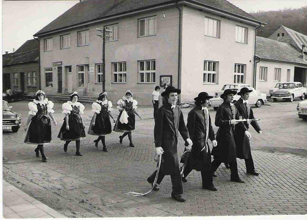 Ze školy ve Vémyslicích na Znojemsku, které se nachází těsně za hranicemi Třebíčska, je nyní Hotel Ryšavý.