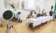 Na gymnaziu v Bystřici nad Perštejnem bylo v pátek 26. května podepsáno memorandum o zachování tmavé noční oblohy na Bystřicku.