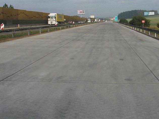 Práce na novém povrchu vyřadily na deset týdnů z provozu jednu polovinu dálnice.