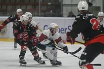 V sobotním utkání 21. kola II. ligy – skupiny Střed hokejisté Žďáru (v černém) v domácím prostředí nestačili na pelhřimovské Lední Medvědy. Plameny však i přes bodovou ztrátu nadále drží třetí příčku tabulky.