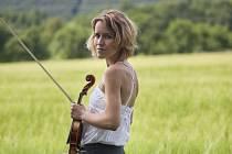 Houslistka a zpěvačka Jitka Šuranská, zahájí koncertní sérii Slunohraní.