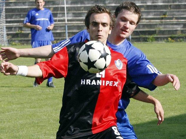 Bystřice a Humpolec (v modrém bystřický Luboš Zbytovský a v červenočerném humpolecký Jakub Paťha) jsou jediné dva týmy, které hrají krajský přebor Vysočiny od jeho začátku nepřetržitě už desátým rokem.